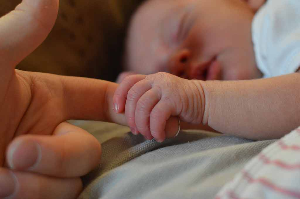 Skin-to-skin contact eases babies' pain